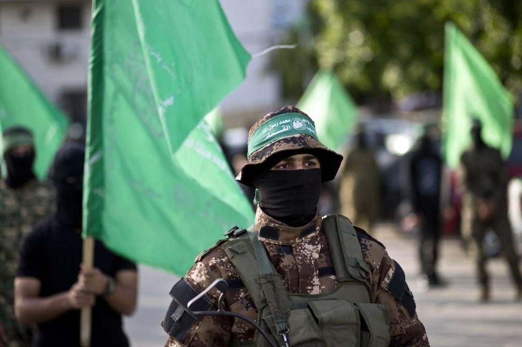 عناصر من كتائب عز الدين القسام خلال مسيرة بمناسبة يوم الأسير الفلسطيني في غزة عام 2016 (أ.ف.ب)