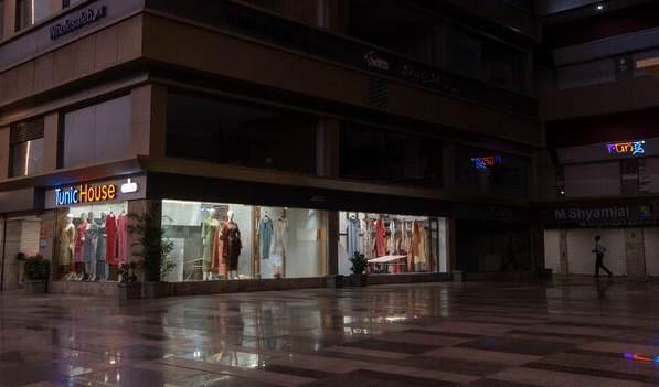 متجر في مدينة سورات الهندية حيث كان التعافي بطيء بعد رفع قيود الإغلاق.
