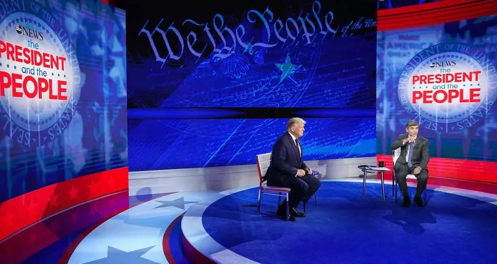 الرئيس الاميركي دونالد ترامب مع الصحافي في