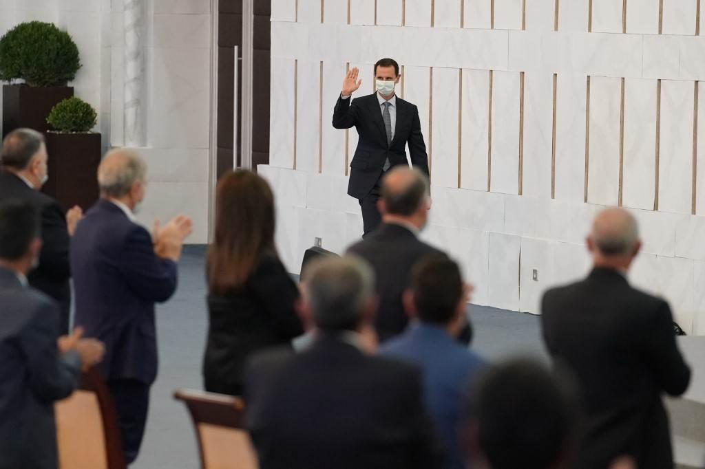 الرئيس السوري بشار الأسد وهو يحيي أعضاء مجلس الشعب في دمشق (أ ف ب).