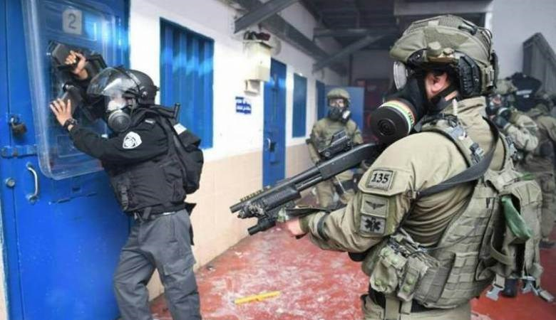 نادي الأسير: قوات القمع تقتحم قسمي (5) و(6) في سجن