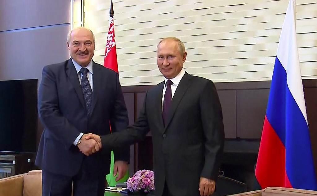 بوتين يلتقي بنظيره البيلاروسي ألكسندر لوكاشينكو في سوتشي (أ ف ب).