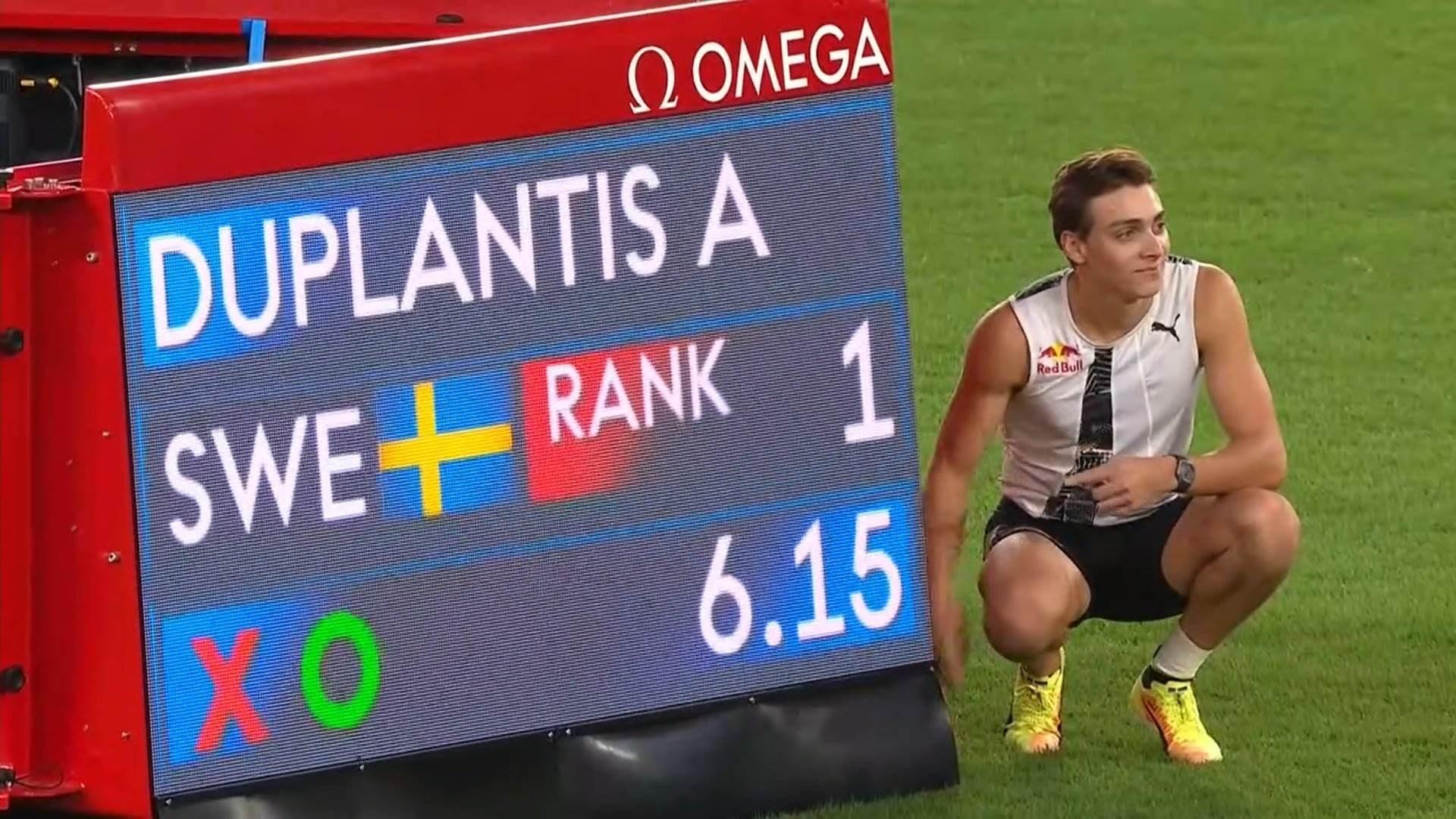 دوبلانتيس مع الشاشة الإلكترونية التي تظهر رقمه القياسي