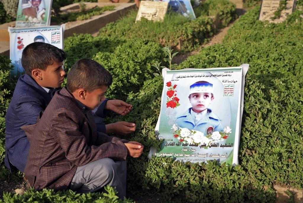 أطفال يمنيّون يزورون قبر شهيد خلال عيد الفطر عام 2019 (أ.ف.ب)