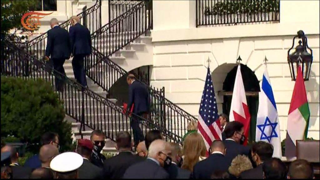 ترامب يرتب بيده على كتف نتنياهو، وهو صاعد على درج السلم باتجاه البيت الأبيض.