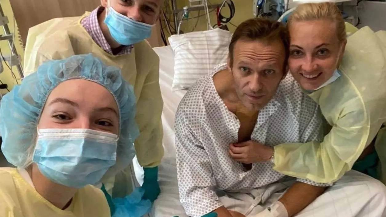 ألكسي نافالني إلى جانب عائلته في مستشفى شاريتيه في برلين.