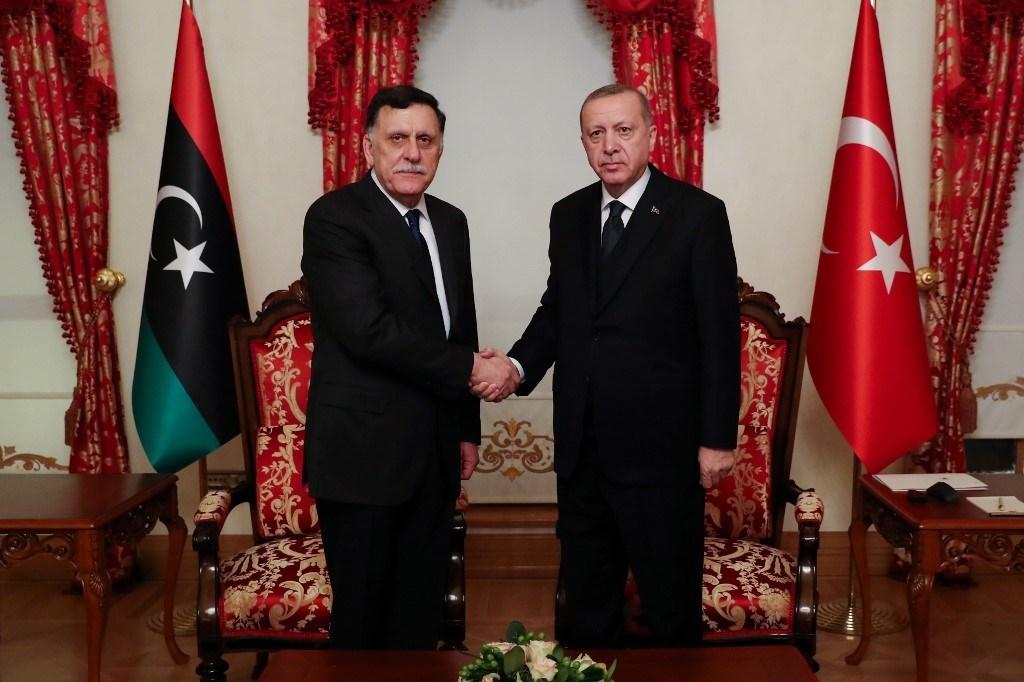 إردوغان والسراج خلال لقاء لهما فبراير الماضي في إسطنبول (أ.ف.ب)