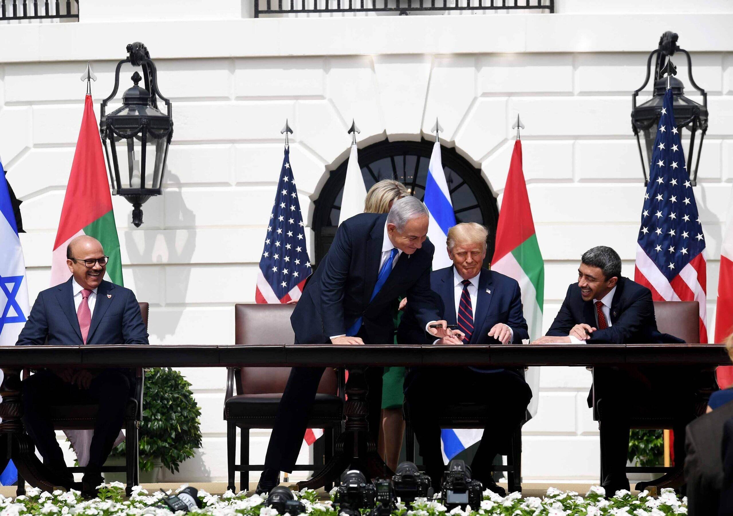 الإمارات والبحرين أثناء التوقيع على اتفاق