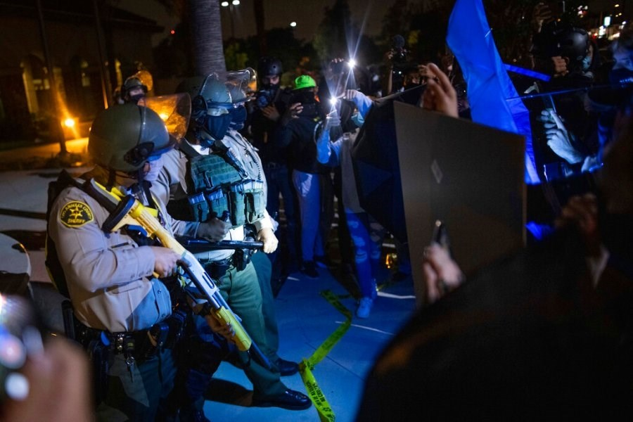 الشرطة الأميركية تقتل محتجاً في لوس أنجلوس.. والمظاهرات تشتعل من جديد