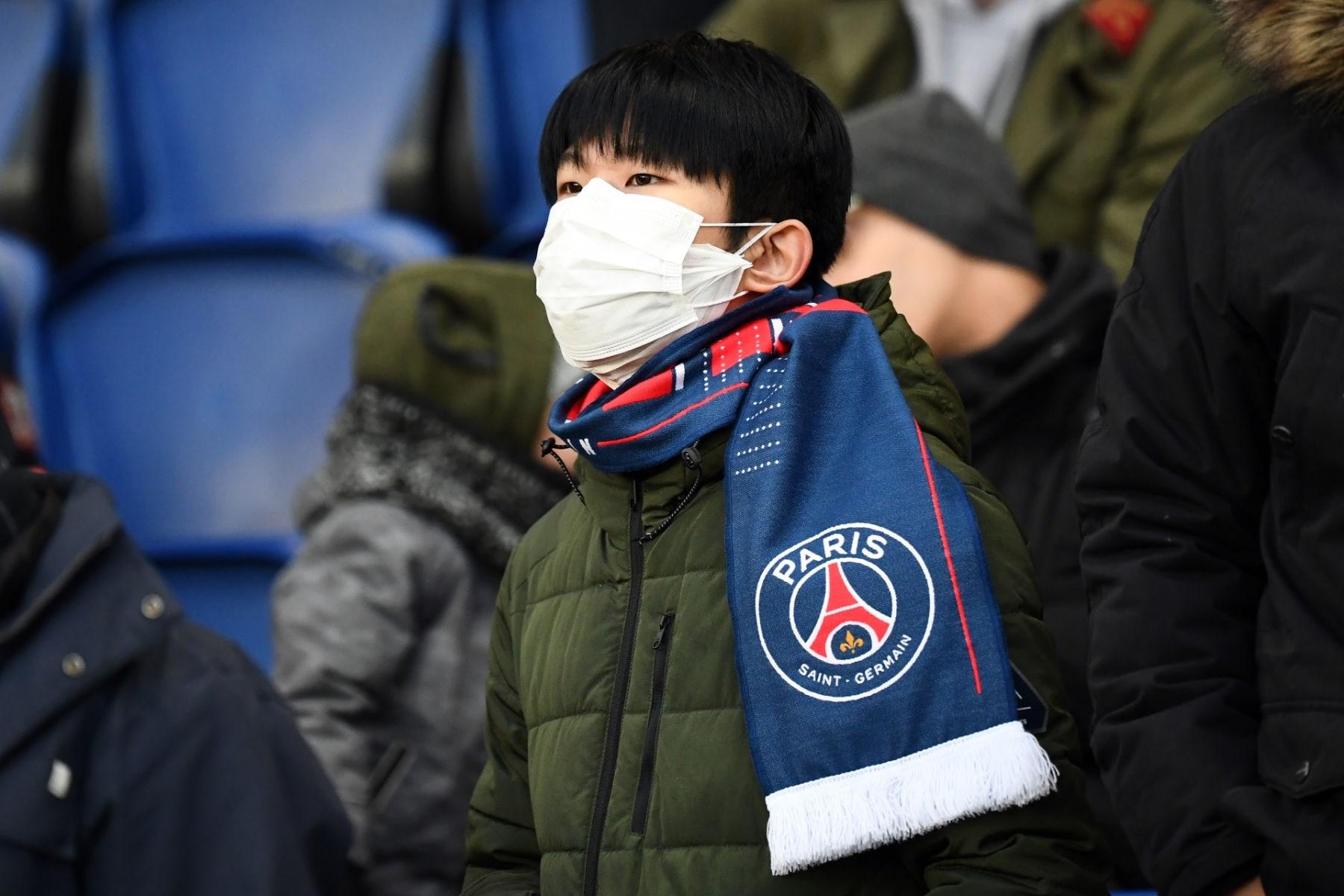 مشجع لباريس سان جيرمان يرتدي الكمامة (أرشيف)