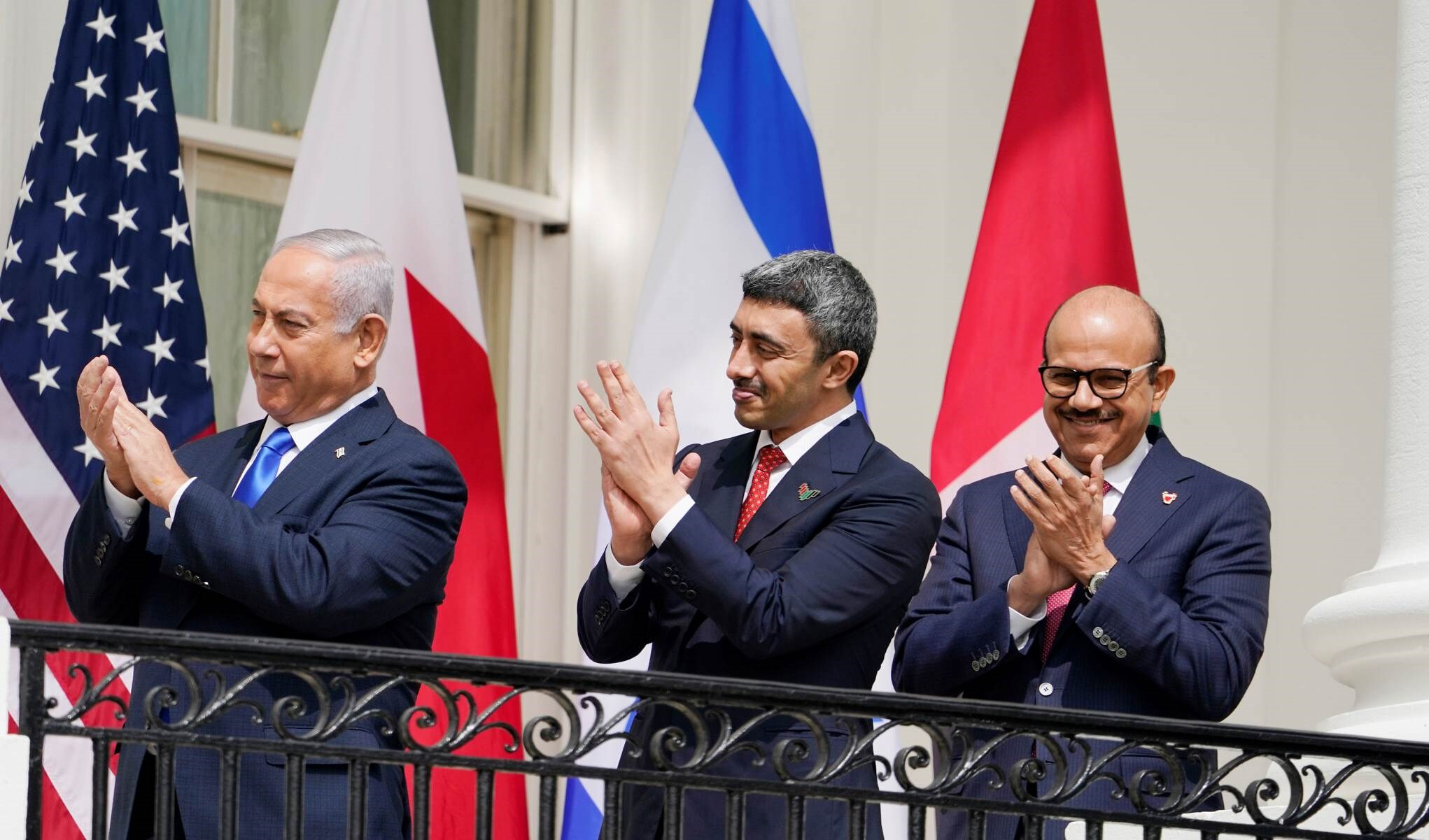 رئيس الوزراء الإسرائيلي بنيامين نتنياهو ووزير خارجية الإمارات عبد الله بن زايد آل نهيان ووزير خارجية البحرين عبد اللطيف الزياني خلال التوقيع على