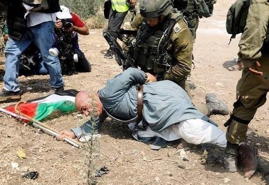 الناشط الفلسطيني المسنّ خيري حنون مكبلاً أثناء الاعتداء عليه من قبل الاحتلال مطلع الشهر