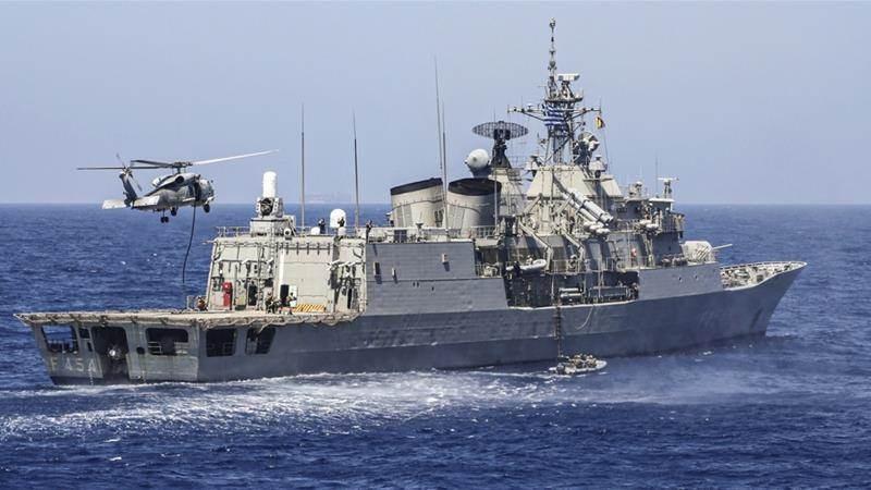 سفينة يونانية وطائرة هليكوبتر تجريان تدريبات عسكرية في شرق البحر المتوسط (أ ف ب).
