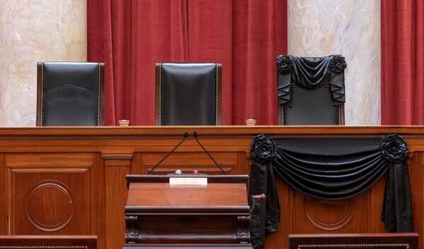 كان مقعد القاضية روث بادر غينسبيرغ في المحكمة العليا مكسواً باللون الأسود. الصورة لوكالة جيتي