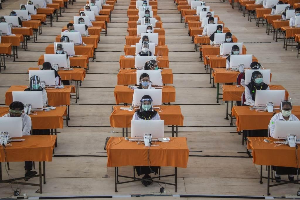 يقوم المرشحون المدنيون للولاية بإجراء اختبار في سورابايا (أ ف ب).