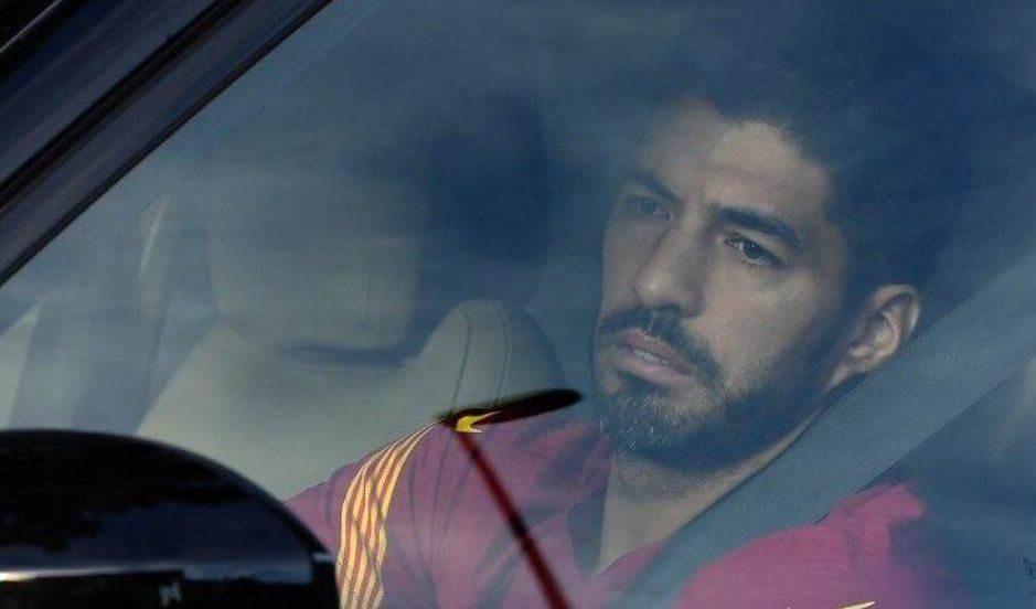 سواريز يغادر برشلونة بالدموع! (فيديو)