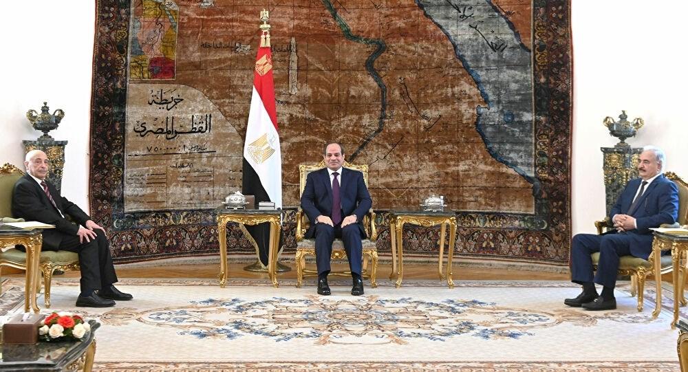 الرئيس المصري عبد الفتاح السيسي خلال لقائه مع عقيلة صالح والمشير خليفة حفتر في القاهرة