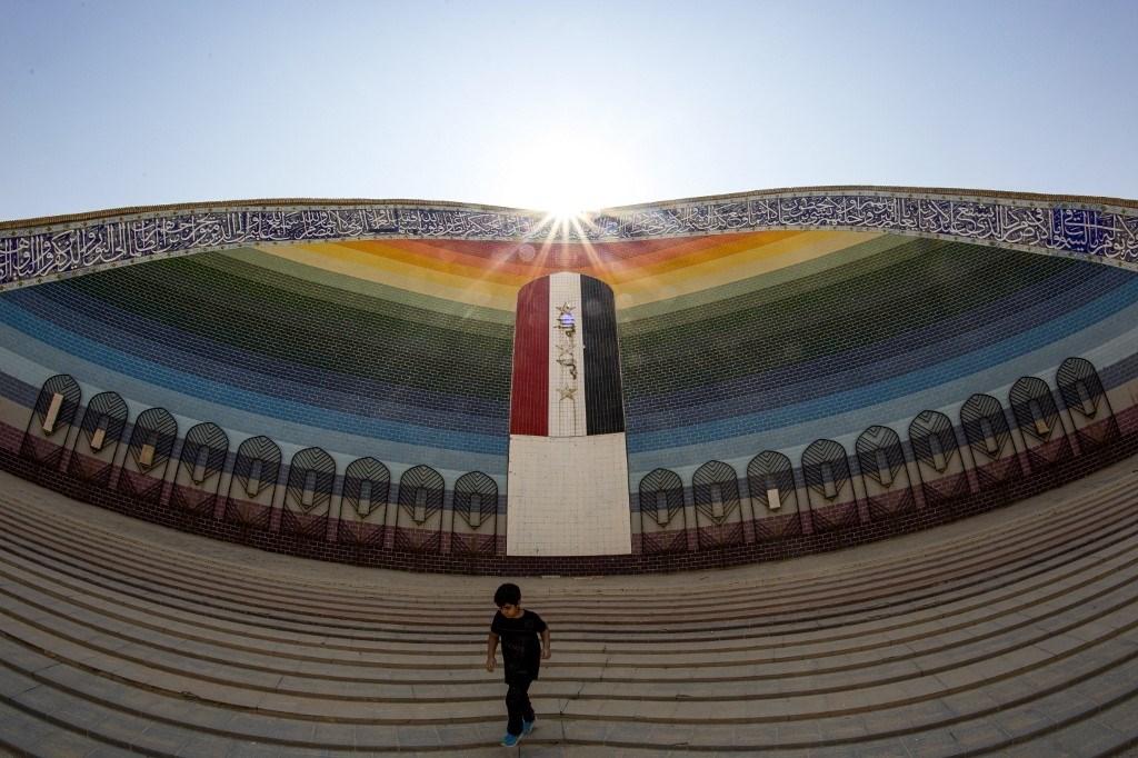 العلم العراقي على جداريّة في مسجد الرحمن، الذي بني بعد انتهاء الحرب العراقية الإيرانية، في منطقة الفاو الجنوبية، سبتمبر 2020 (أ.ف.ب)