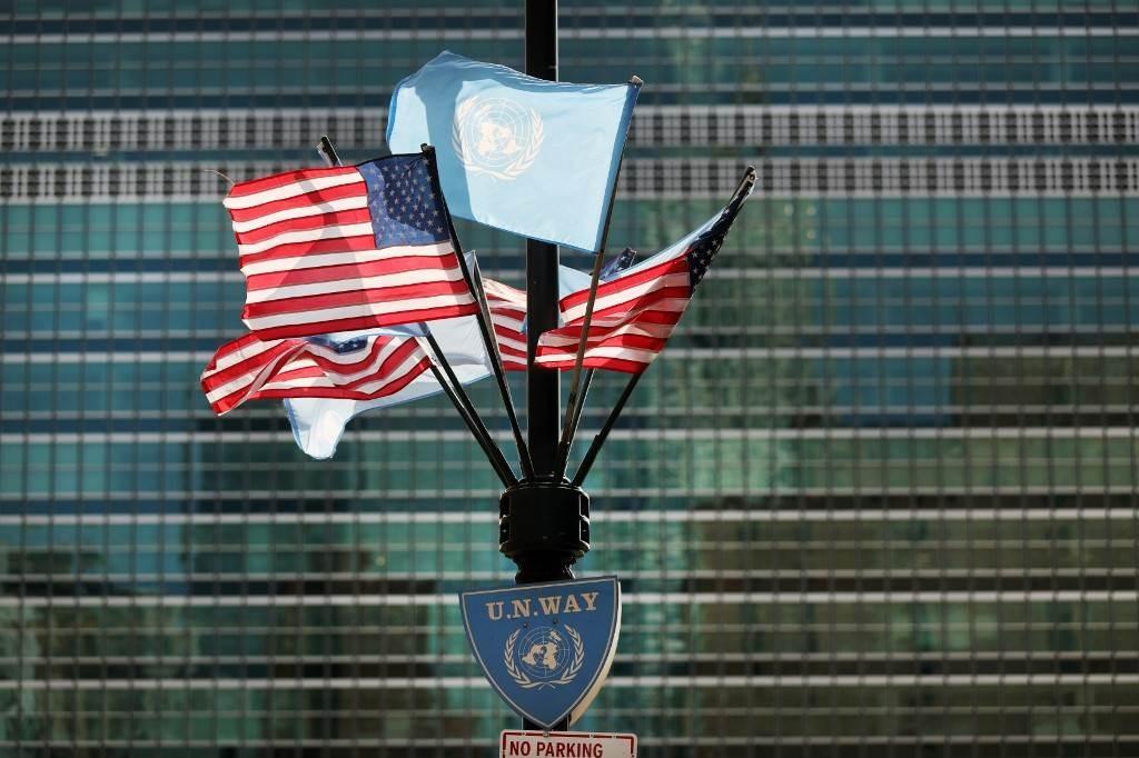 أعلام أميركا والأمم المتحدة ترفرف فوق مقر الأمم المتحدة في مانهاتن (أ ف ب).