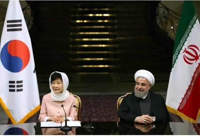 روحاني خلال لقائه رئيسة كوريا الجنوبيّة عام 2016 (أسوشيتد برس)