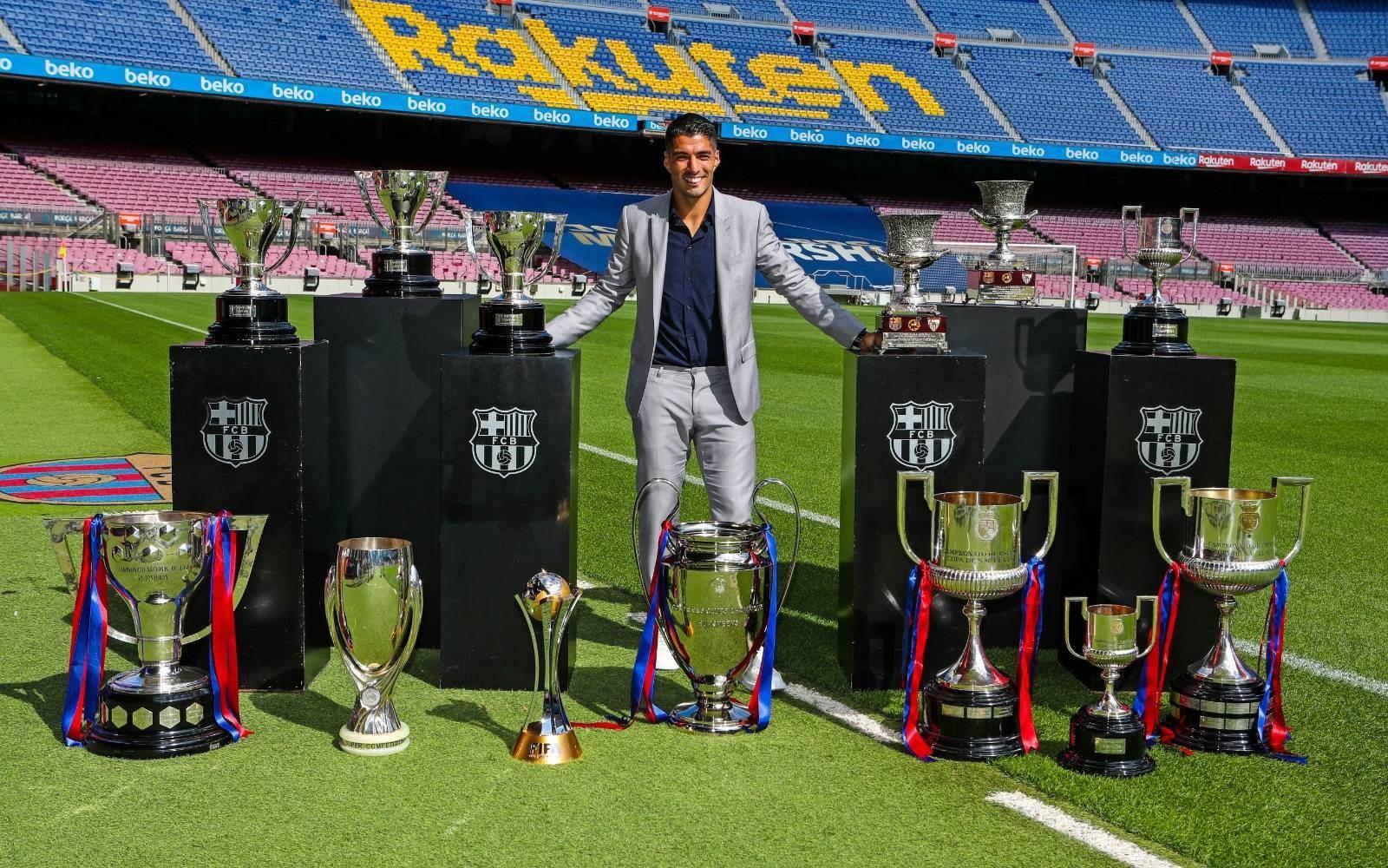سواريز في صورة مع كؤوس البطولات التي حققها في برشلونة