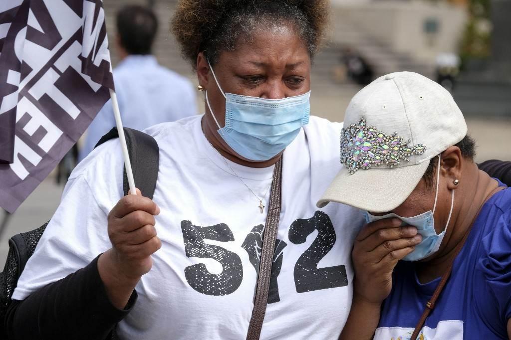 امرأة تبكي وسط تظاهرات في مدينة لويزفيل في الولايات المتحدة الأميركية (أ ف ب).