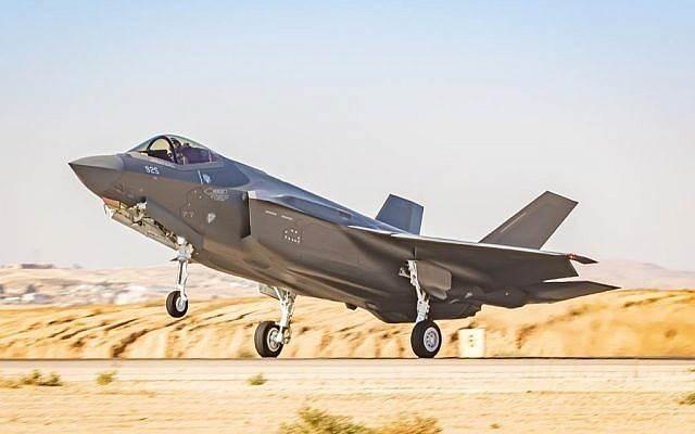طائرة مقاتلة من طراز F-35 في قاعدة