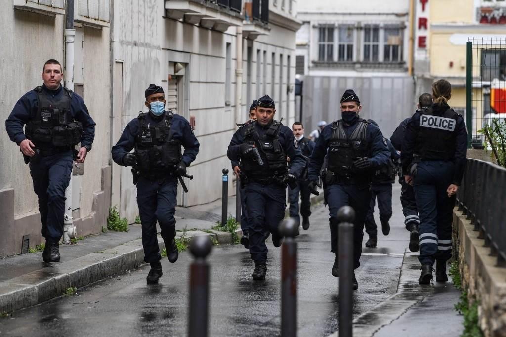 جنود يهرعون إلى مكان الحادث بالقرب من مكاتب مجلة شارلي إيبدو الفرنسية  (أ ف ب).