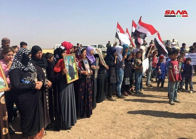 رفضاً للاحتلالين التركي والأميركي.. وقفة إحتجاجية لأهالي قرية تل سطيح في القامشلي