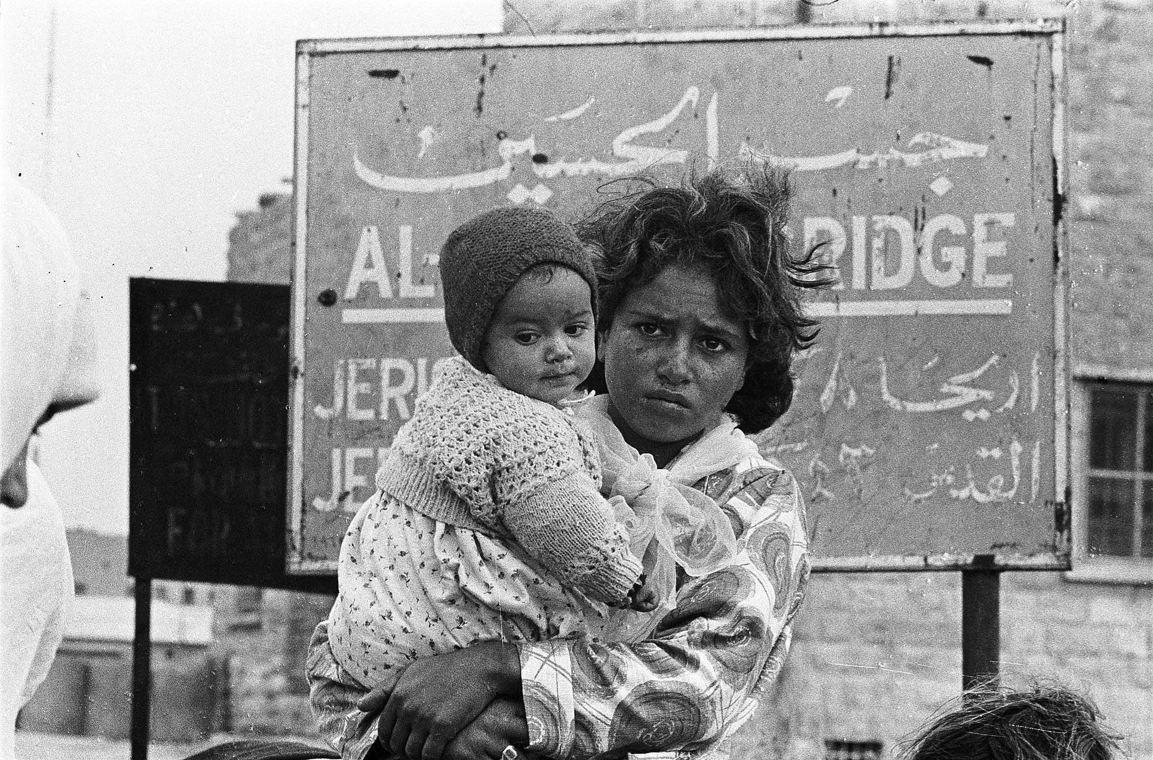 لاجئون فلسطينيون على جسر أللنبي (أرشيف وكالة الأمم المتحدة لغوث وتشغيل اللاجئين الفلسطينيين 1967)