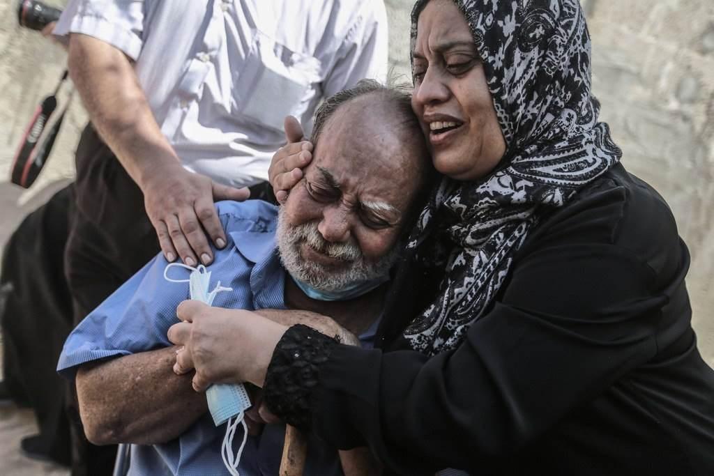والدا الشهيدين حسن ومحمود الزعزوع اللذين استشهدا برصاص الجيش المصري ببحر رفح.