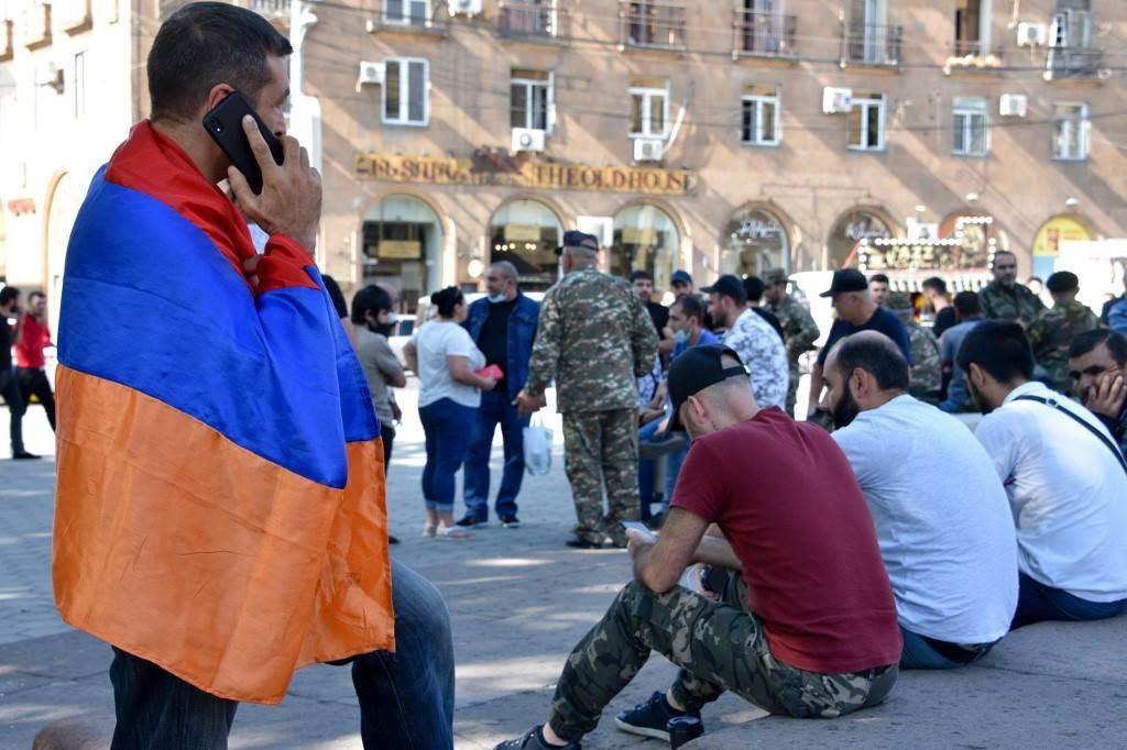 متطوعون مستعدون للذهاب إلى خط المواجهة في ناغورني كاراباخ (أ ف ب).