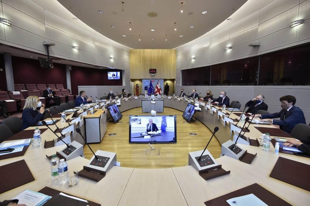 خلال الاجتماع بين نائب رئيس المفوضية الأوروبيّة ووزير الدولة البريطاني مايكل غوف في بروكسل اليوم (أ.ف.ب)