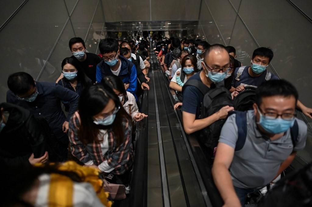 ركاب يرتدون أقنعة الوجه في مطار بودونغ الدولي في شنغهاي (أ ف ب).