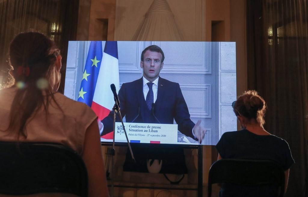 صحفيون لبنانيون يحضرون مؤتمراً صحفياً افتراضياً للرئيس الفرنسي حول لبنان (أ ف ب).