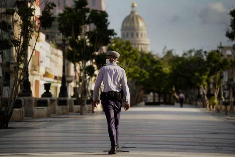 ضابط شرطة يقف لحراسة مبنى الكابيتول في هافانا (أ ف ب).