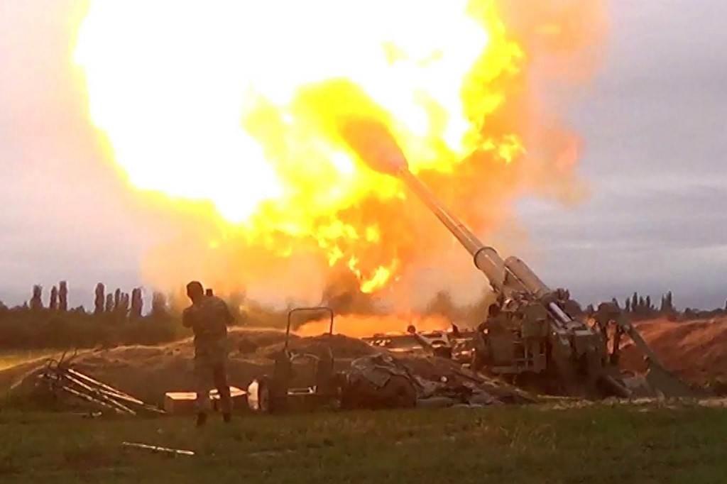 صورة تظهر قصف مدفعي أذربيجاني على مواقع للأرمن في ناغورني كاراباخ (أ ف ب).