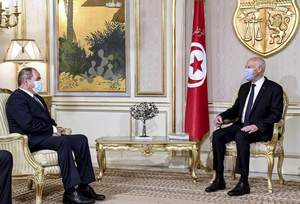 الرئيس التونسي قيس سعيد يستقبل وزير الشؤون الخارجية الجزائري في قصر قرطاج (أ ف ب).