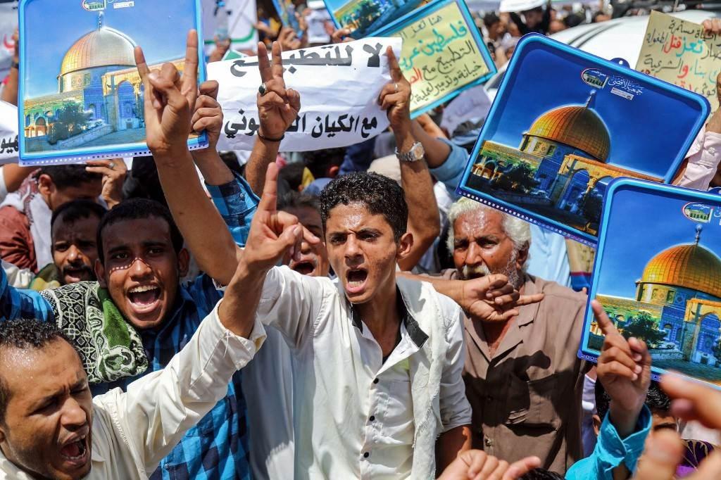 مظاهرات ضد التطبيع الخليجي في تعز (أ ف ب).