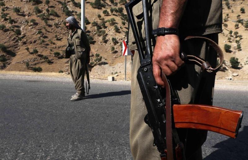 مسلحون من حزب العمال الكردستاني (PKK) يحرسون أحد مقرات الحزب شمال العراق (أ ف ب)