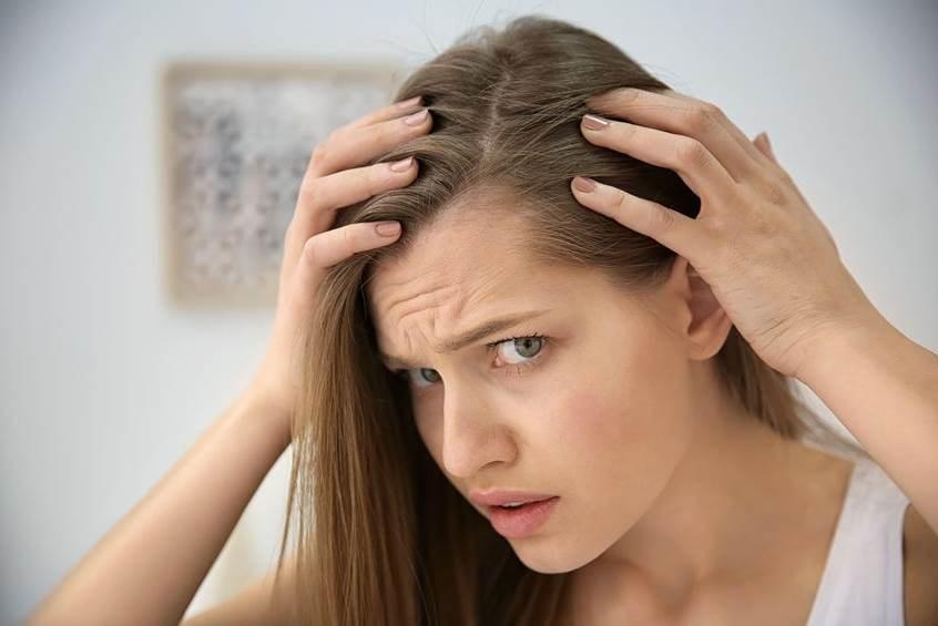 التوتر والقلق عاملان أساسيان في تساقط الشعر.