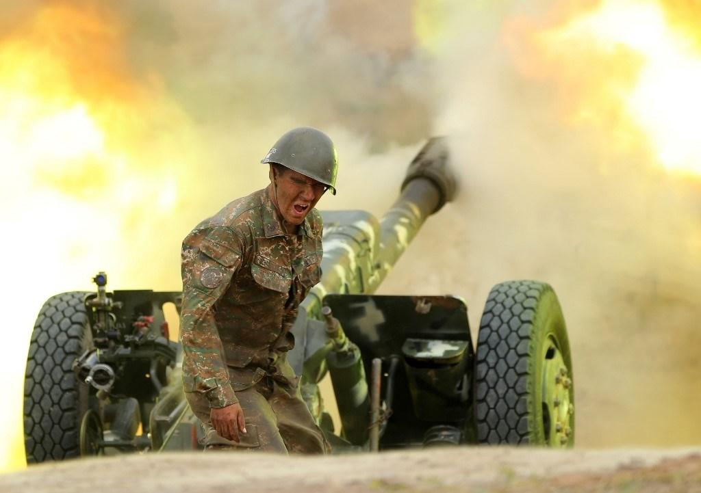 جندي من الجيش الأرميني يطلق نيران المدفعيّة باتجاه مواقع أذربيجان خلال القتال على منطقة ناغورني كاراباخ - 28 سبتمبر 2020 (أ.ف.ب)