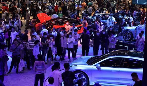 معرض تجاري في بكين أقيم الاثنين حيث كانت الجماهير متحمسة للسيارات الفاخرة.