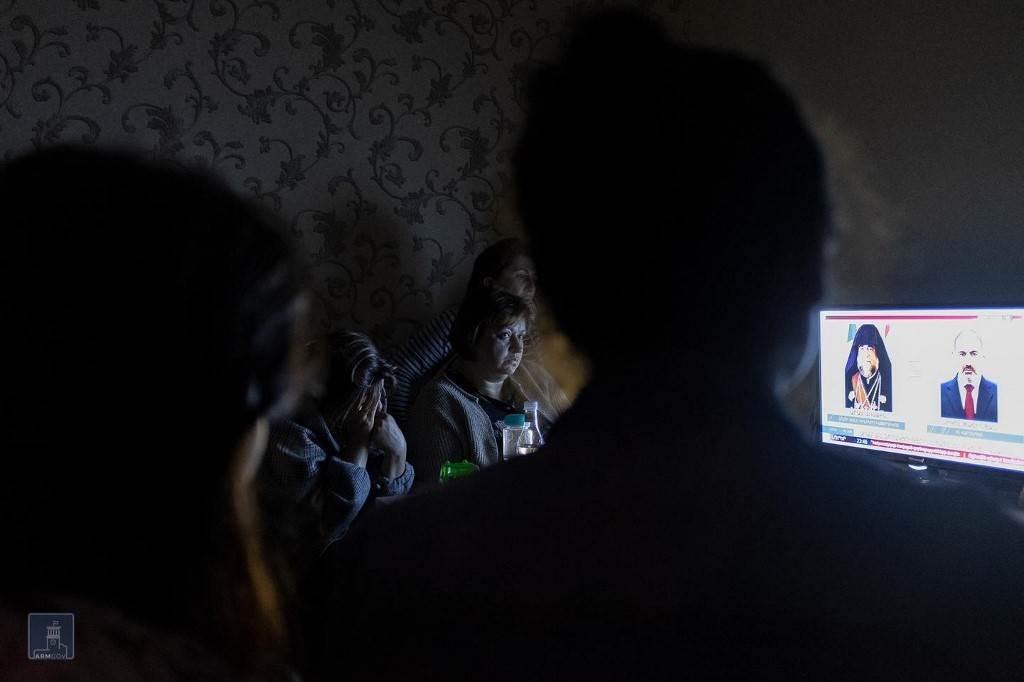 مواطنون يشاهدون التلفاز في ملجأ في ناغورني كاراباخ في مدينة ستيباناكيرت (أ ف ب).