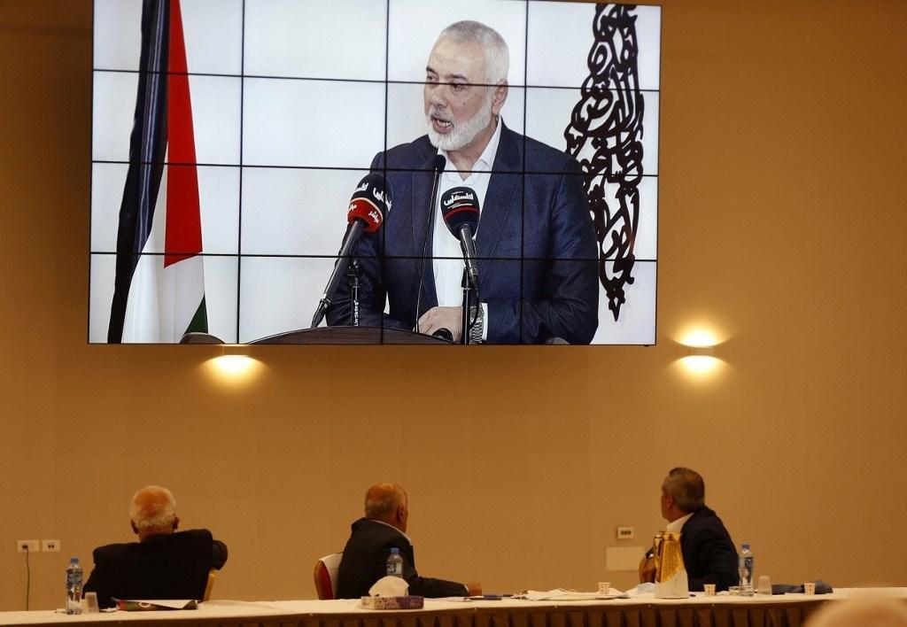 ممثلو الفصائل الفلسطينيّة يشاهدون خطاب هنيّة من رام الله بالضفة الغربية المحتلة في 3 سبتمبر 2020 (أ.ف.ب)