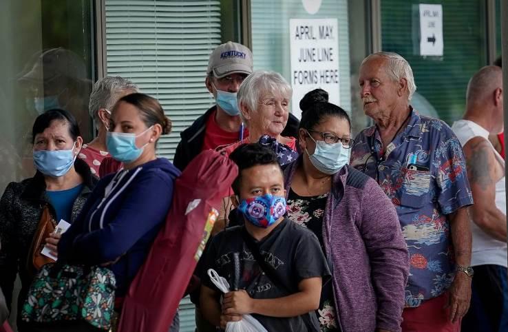 أفراد يصطفون خارج أحد مراكز التوظيف في كنتاكي على أمل الحصول على مساعدة في طالبات  البطالة (رويترز)