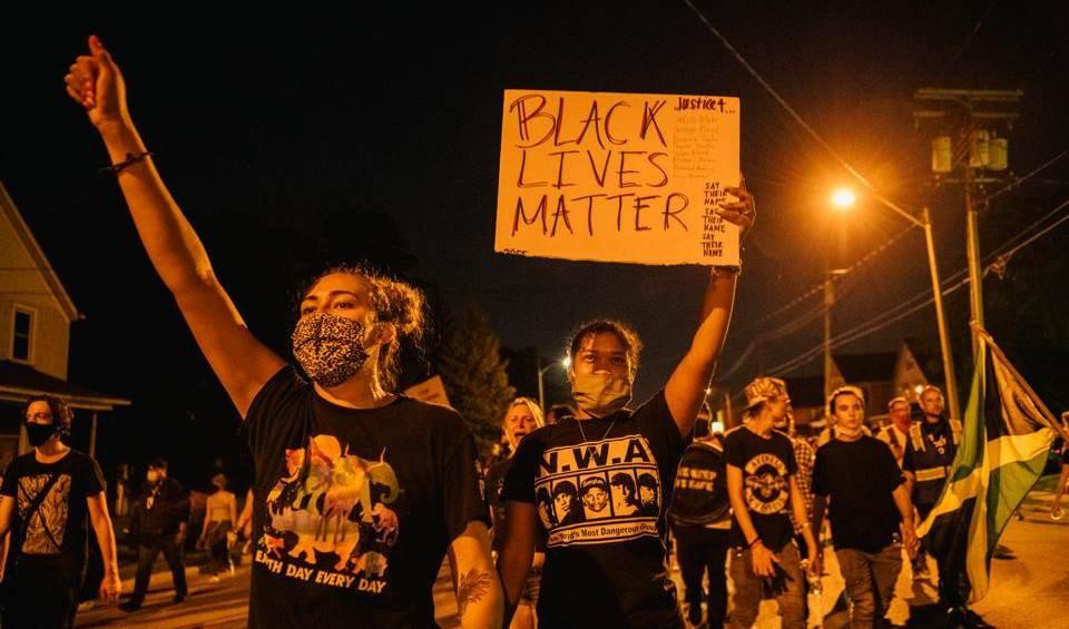 متظاهرون يهتفون في مسيرة في كينوشا في ولاية ويسكونسن.
