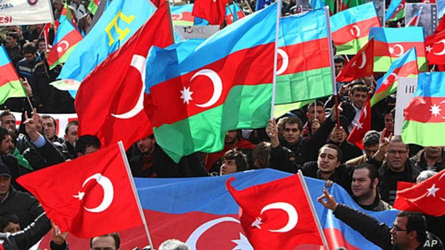 متظاهرون يرفعون العلمين الأذري والتركي بالقرب من قنصلية أذربيجان في اسطنبول>