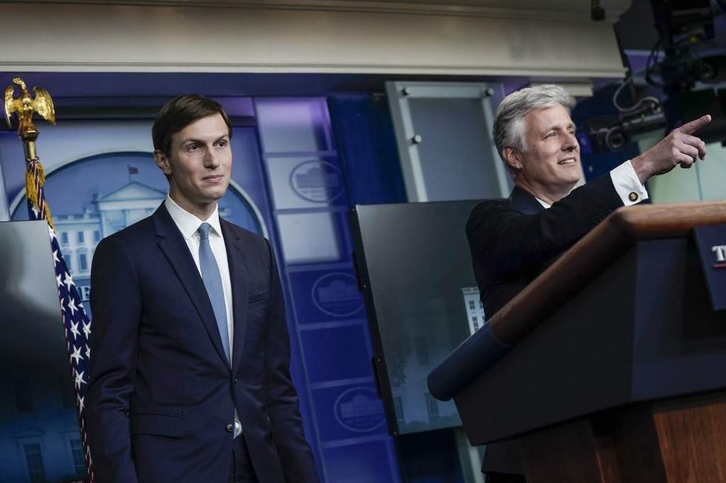 كوشنر وأوبراين في مؤتمر صحفي في البيت الأبيض في واشنطن (أ ف ب).