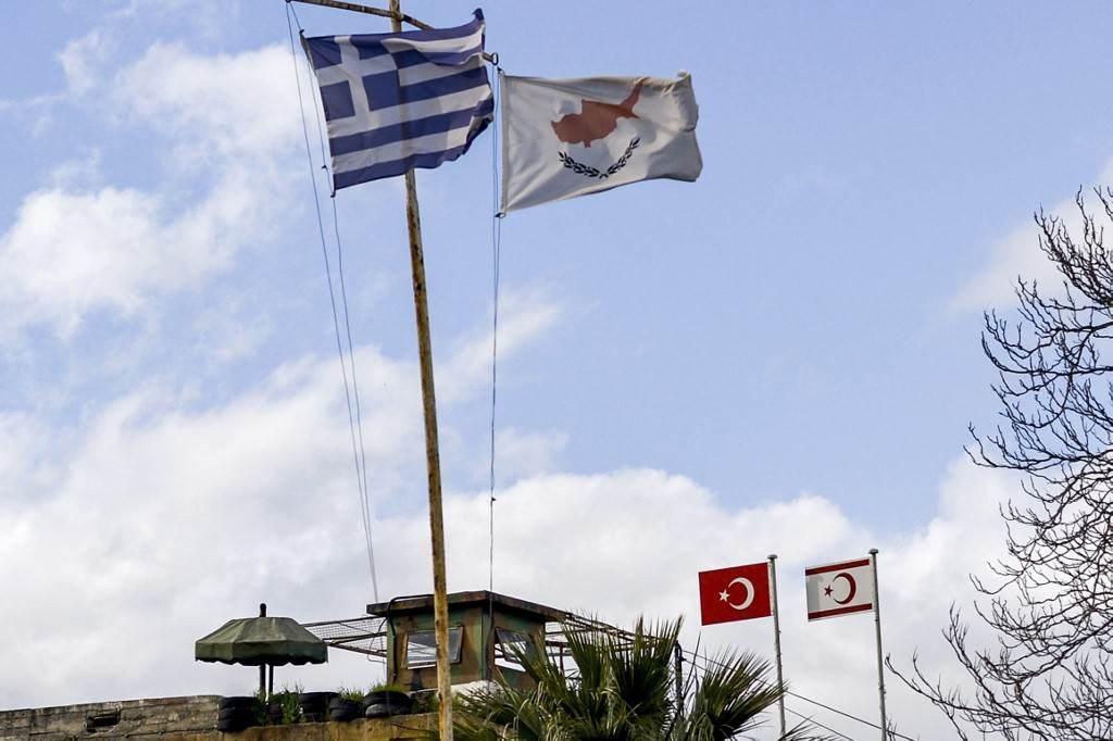 أعلام اليونان وقبرص وتركيا في العاصمة المقسمة نيقوسيا (أ ف ب).